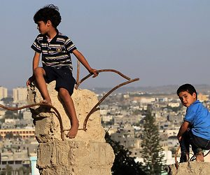 /imag/_v0/1680x872/5/7/6/palestian-boys.jpg - 300x250